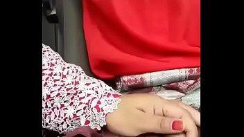 Девчоночка с татуироваками подрочила фаллос между титек