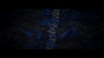 Белокурая шлюха с короткими волосами трахнута большим чёрным фаллосом на природе