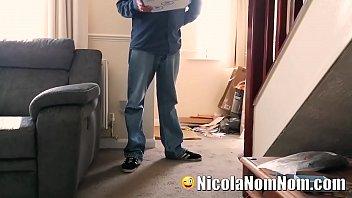 Домохозяйка онанирует на кухонном столе искусственным пенисом