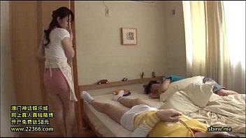 Татуированная красотка онанирует задницу с помощью членозаменитель