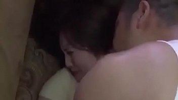 Большегрудые матушки ебутся в спальне с лысым партнером