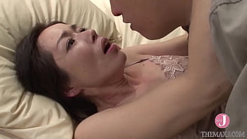 Парень выебал в жопу спящую мамочку с шикарными сисяндрами
