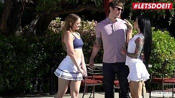 Выпившие дамы обнажаются во времячко танцев в клубе и лобызают мужчинам хуи