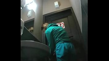 Девчушка в чулках прилегла на пол и занялась мастурбацией