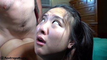 Татуированный мужчина на кровати от трахал телочку в две дырки