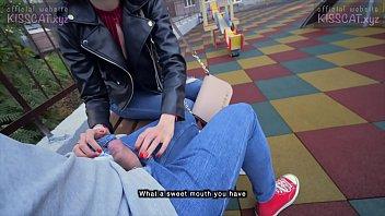 18 летняя поебушка в толчке продемонстрировала голую попку