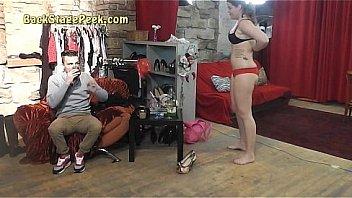 Жопастая девушка отвлекла мужика от работенки и сама напросилась на попочка