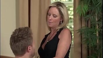 Частный сладкий домашний секс на камеру молодой брюнетки и накачанного паренька