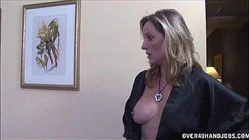 Возбужденная мамаша согласилась потратить времячко на секс с массажистом