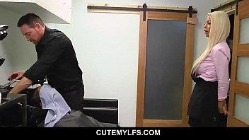 Русская девушка трахает свой анус длинным страпоном