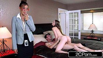 Зрелые девчонки с молодыми парнями ведут обалденную половую жизнь